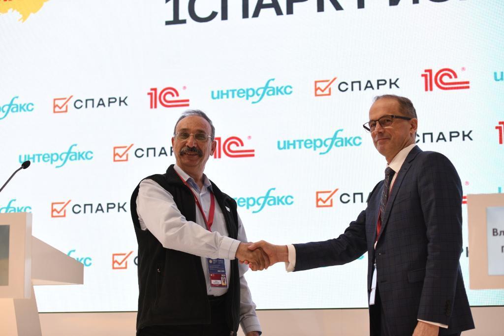 Глава фирмы 1С и исполнительный директор Группы Интерфакс на пресс-брифинге